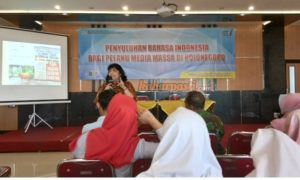 Dian penyuluh dari Balai Bahasa Jawa Timur ketika menyampaikan materi bahasa indonesia