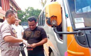 Widodo korban penipuan yang juga tetangga tersangka, ketika menerima kunci mobil yang diserahkan oleh Kapolres Bojonegoro